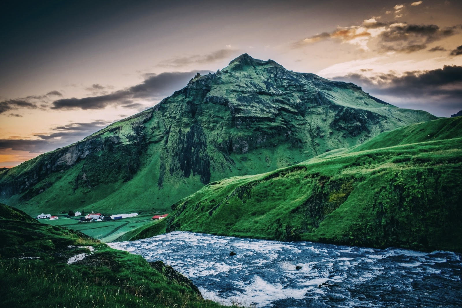 Photo : Iceland sunset in the top of Skogafoss